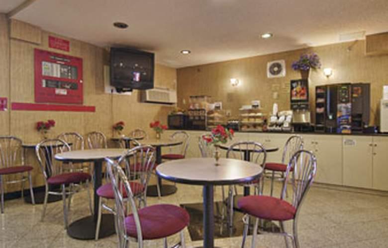 Howard Johnson Inn Jamaica JFK Airport NYC - Bar - 3