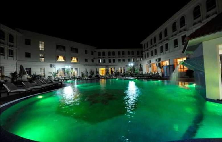 Ritz Victoria Garden - Pool - 26