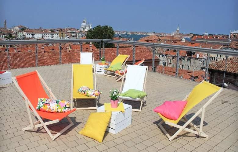 Sunny Terrace Hostel - Terrace - 36