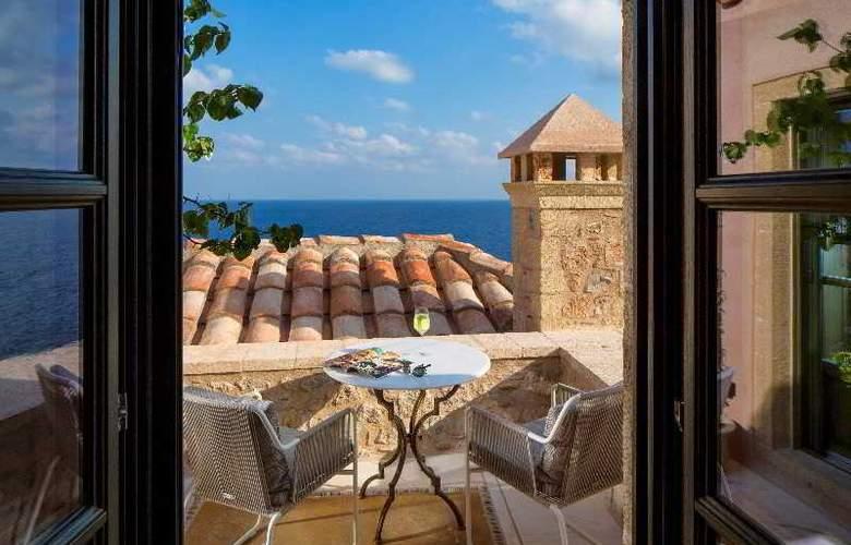 Moni Emvasis Luxury Suites - Room - 11