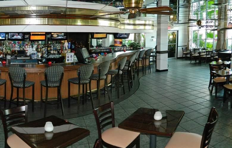 The Beachcomber Hotel & Resort - Bar - 4