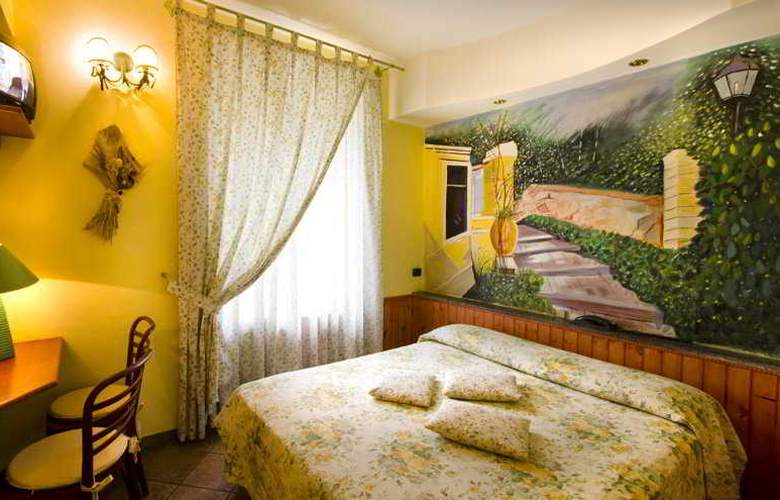 Europeo & Flowers - Sea Hotels - Room - 9