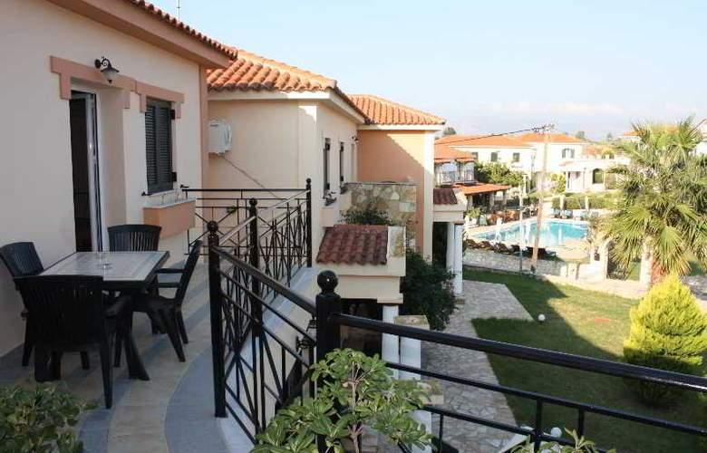 Elanthi Village Apartments - Terrace - 2