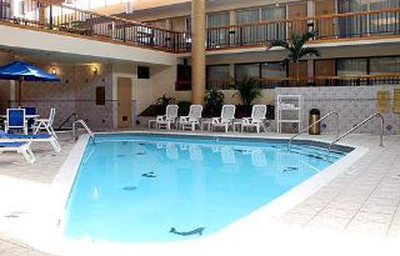 Clarion Hotel and Conference Center - Pool - 5