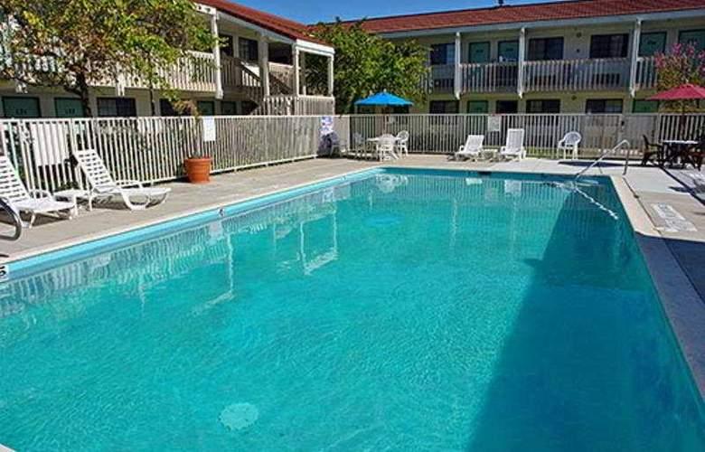Motel 6 Redding South - Pool - 3