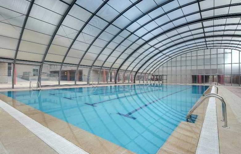 Tryp Madrid Airport Suites - Pool - 3