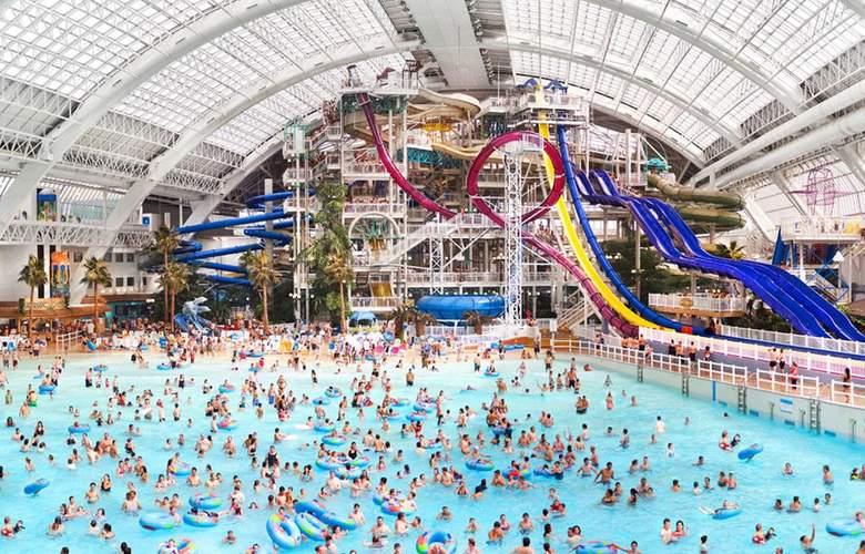 Fantasyland Hotel - Pool - 2