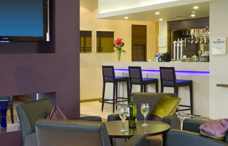 Holiday Inn Express Lincoln City Center - Bar - 2