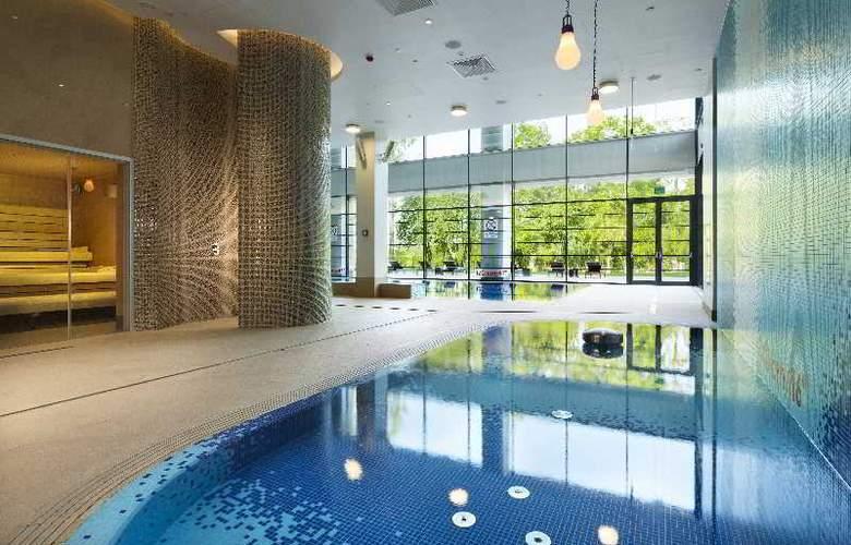 DoubleTree by Hilton Warsaw - Pool - 21