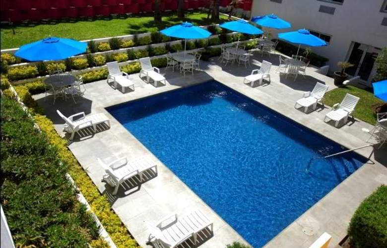 Comfort Inn Monterrey - Pool - 1
