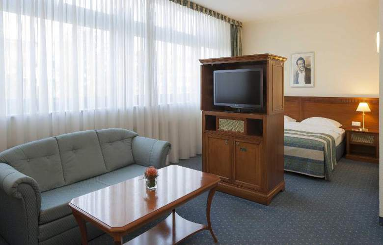 Hollywood Media - Room - 13