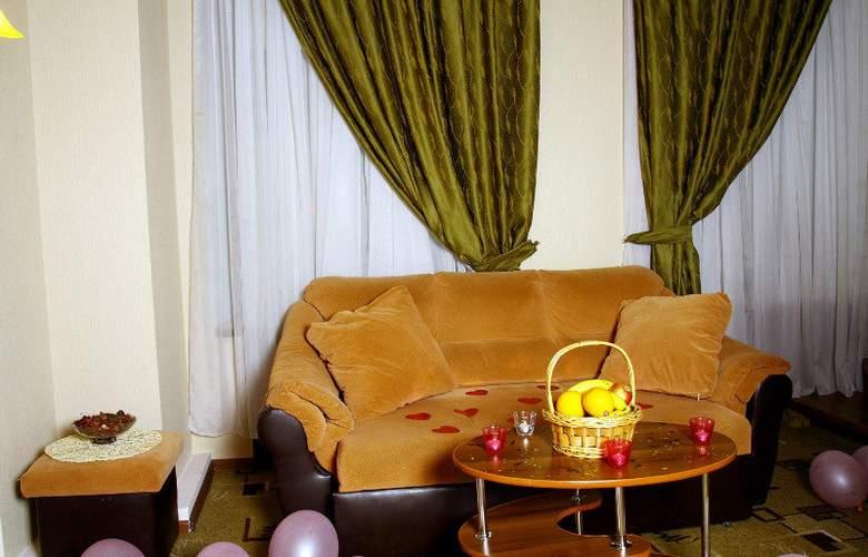 Deluxe Hotel - Room - 8