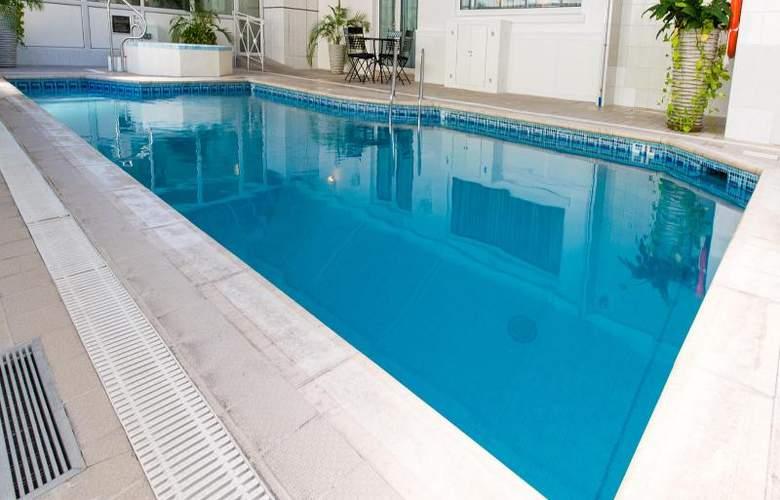 The Monterey - Pool - 25