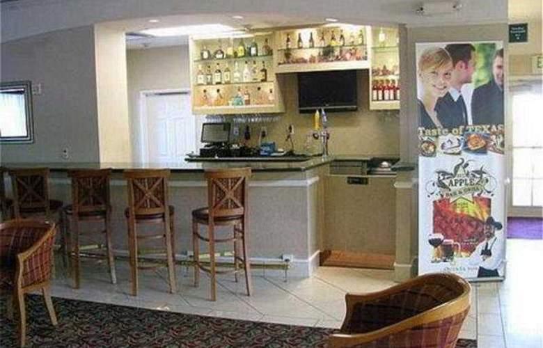 La Quinta Inn & Suites Arlington North 6 Flags Dr - Bar - 5
