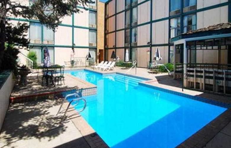 Rodeway Inn & Suites - Pool - 3