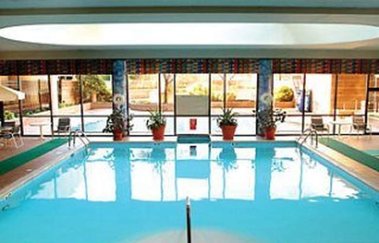 Marriott Newark Liberty Intl. Airport - Pool - 5