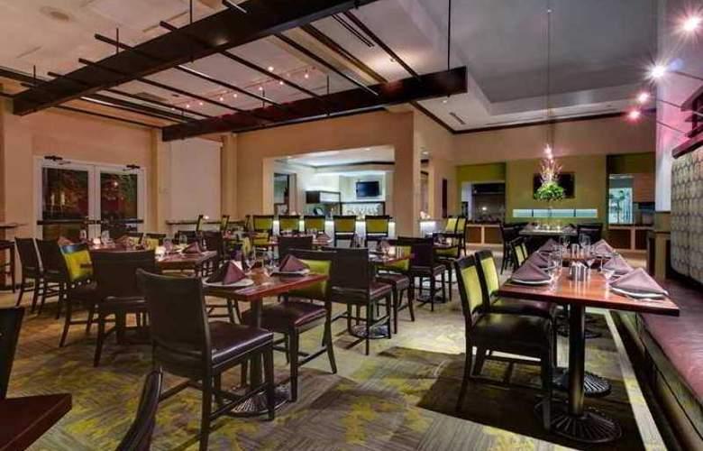 Hilton Garden Inn Airport - Hotel - 10