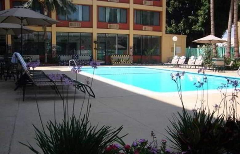 LA - Montebello Plaza - Pool - 3