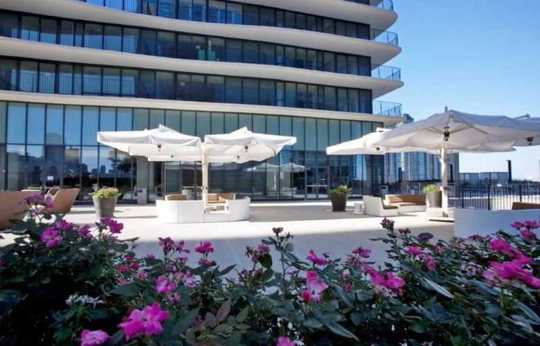 Radisson Blu Aqua Hotel - Terrace - 26