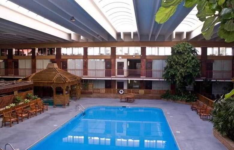 Clarion Inn Modesto - Pool - 6