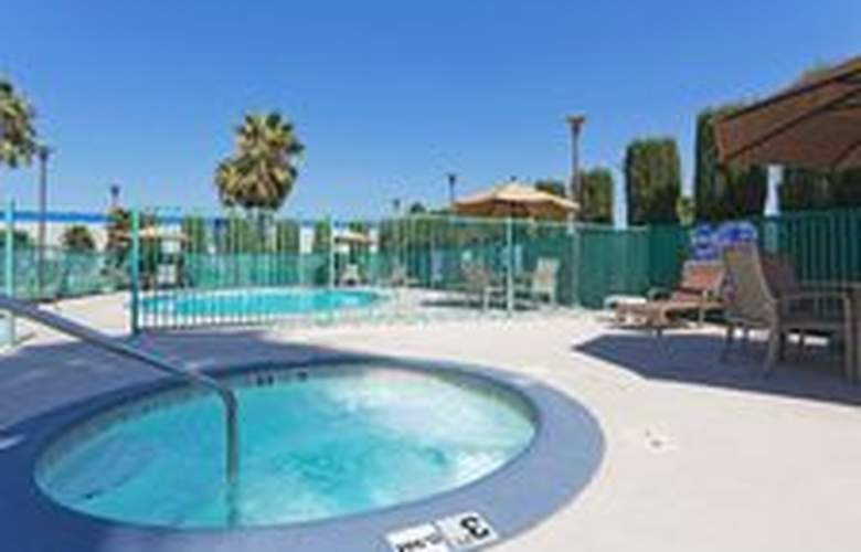 Holiday Inn Express Bakersfield - Pool - 14