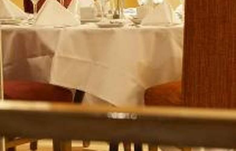 Hilton Cobham - Restaurant - 0