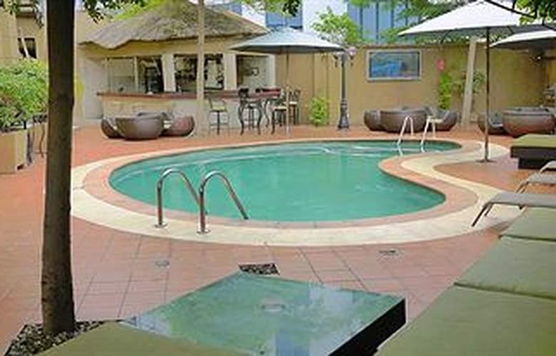 Victoria Crown Plaza - Pool - 9