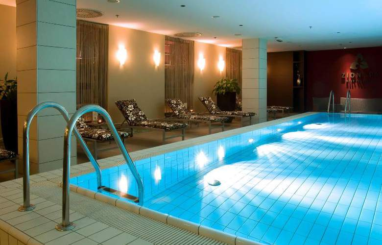 Crowne Plaza Bratislava - Pool - 8