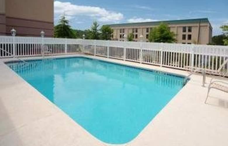 Comfort Suites (Woodstock) - Pool - 4