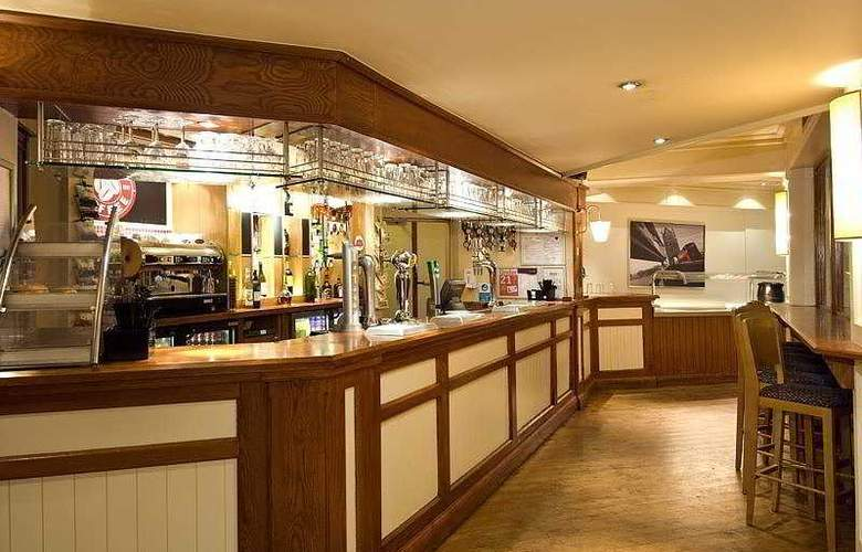 Premier Inn Gatwick Airport Central - Bar - 4