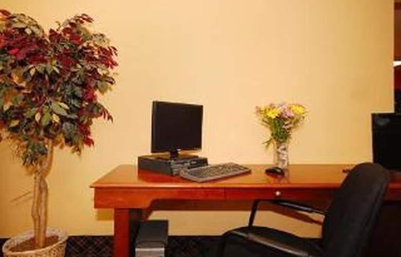 Econo Lodge  Inn & Suites - General - 4