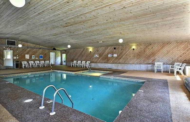Econo Lodge Inn & Suites - Pool - 27