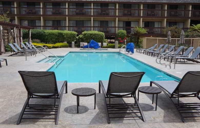 Hilton Garden Inn Monterey - Pool - 10