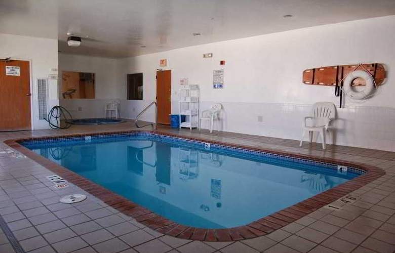 Quality Inn & Suites - Pool - 3