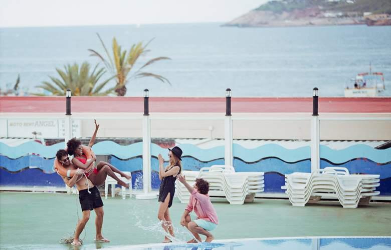 Riviera Hotel - Pool - 1