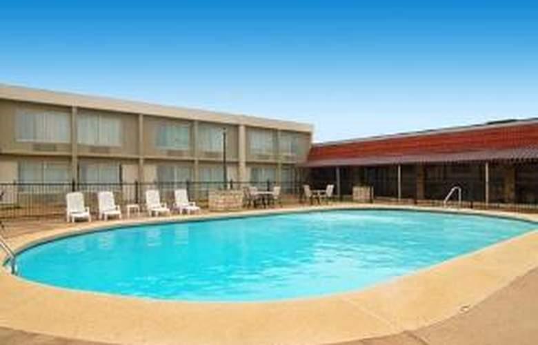 Quality Inn Greenville - Pool - 6