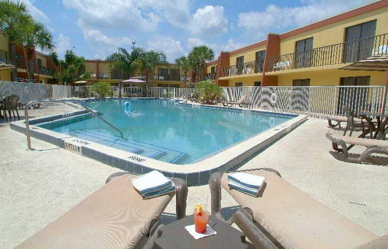 Clarion Inn & Suites Orlando International Drive - Pool - 6