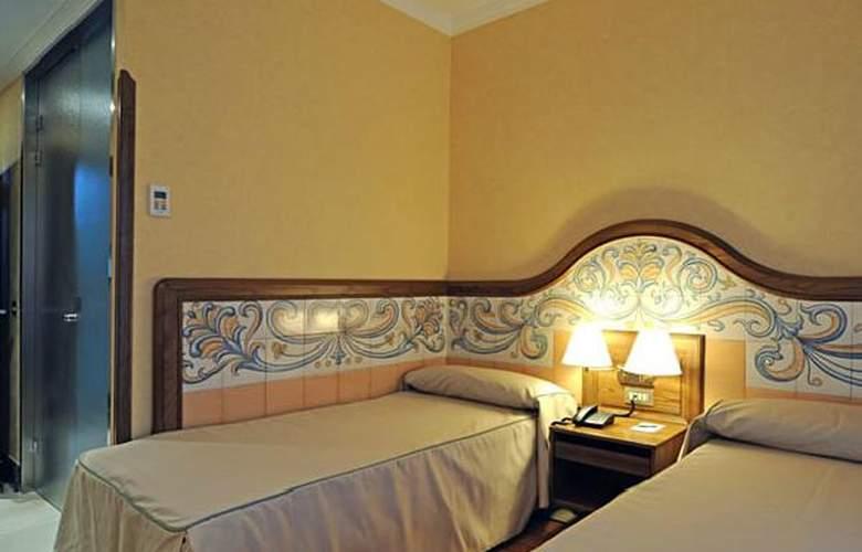 Julia - Room - 8