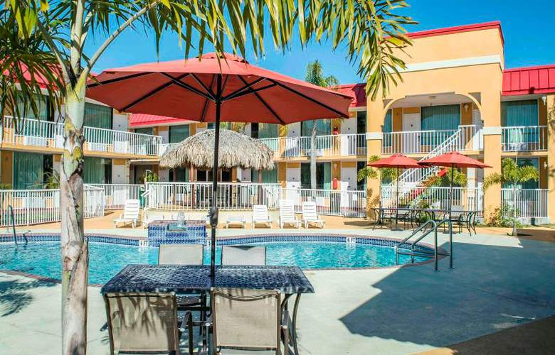 Econo Lodge  Inn & Suites - Pool - 15