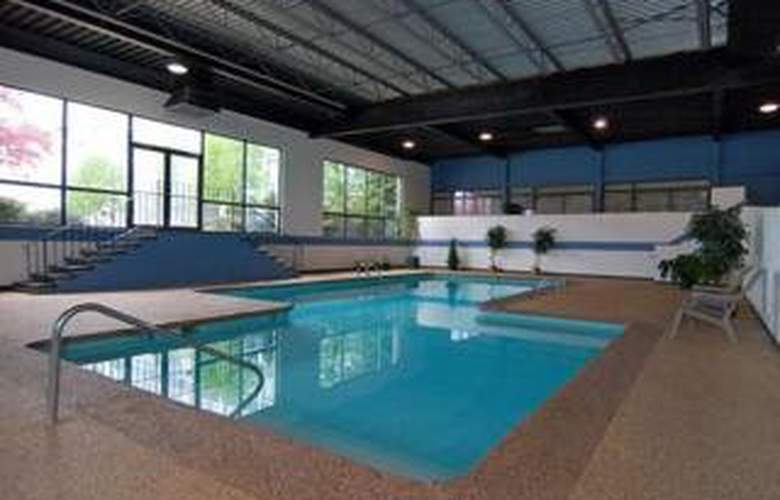 Clarion Hotel Airport - Pool - 4