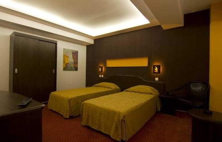 Razvan - Room - 5