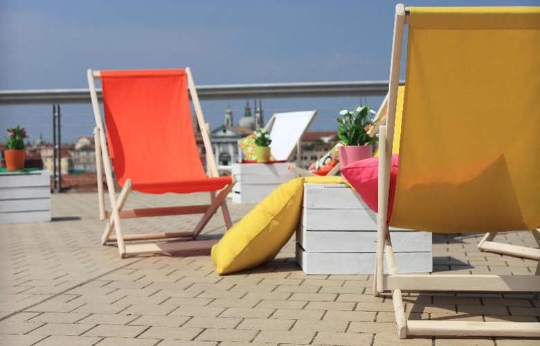 Sunny Terrace Hostel - Terrace - 41