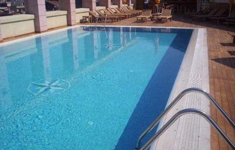 Ramada Plaza Istanbul - Pool - 4