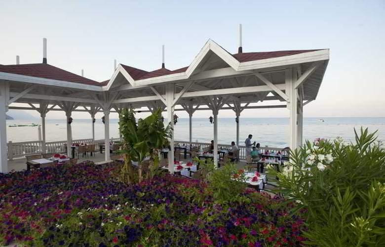 Crystal Flora Beach Resort - Restaurant - 16