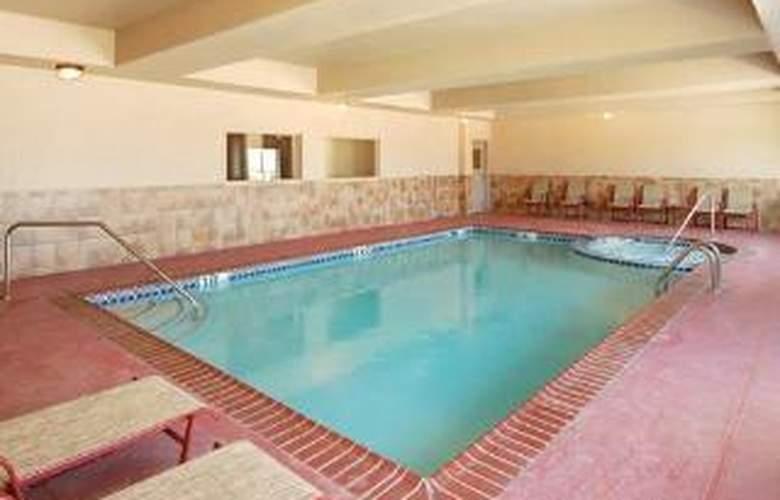 Sleep Inn & Suites - Pool - 4