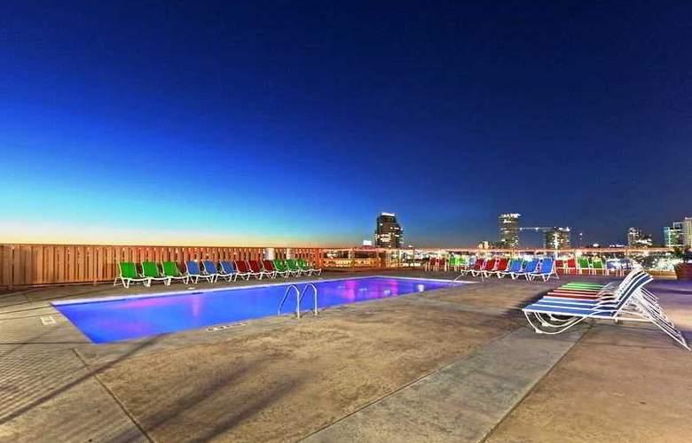 Crowne Plaza Downtown - Pool - 2