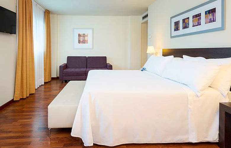 Port Feria Valencia - Room - 11