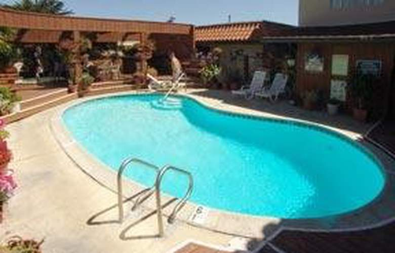 Quality Inn (San Simeon) - Pool - 5