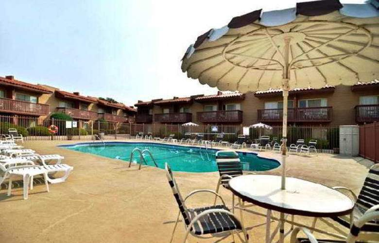 Quality Inn-Santa Fe - Pool - 5
