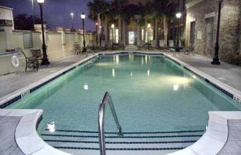 Hampton Inn and Suites - Pool - 6